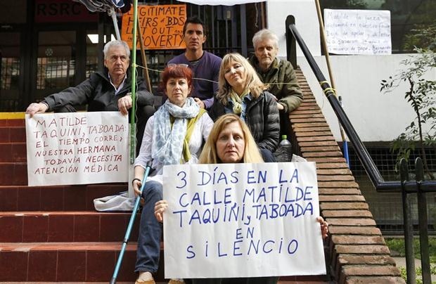 Los familiares de Bernardo Green, ex director del colegio, en medio de la protesta.