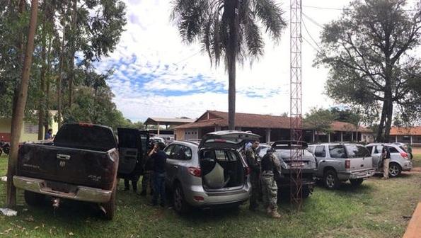 Vehículos abandonados por los asaltantes a 15 kilómetros de Ciudad del Este antes de cruzar a Brasil