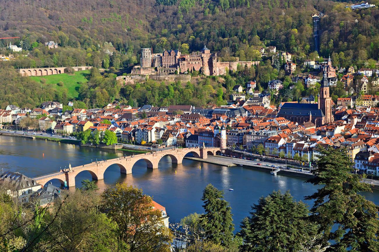Esta es una bella ciudad a orillas del río Neckar, en el suroeste de Alemania, en el valle del Rin. Heildelberg es el hogar de la universidad más antigua de Alemania, The Ruperto Carola University. Siempre ha sido un centro de aprendizaje y literatura y ha recibido a escritores famosos como Johann Wolfgang von Goethe, autor de Fausto, y los grandes escritores románticos Clemens Brentano, Bettina von Arnim y Friedrich Hölderlin. Tal vez por influencia de su antiguo castillo, esta fue la cuna del romanticismo alemán del siglo XIX.
