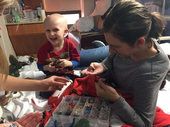 Ruth y Nolan jugando en el hospital (Facebook)