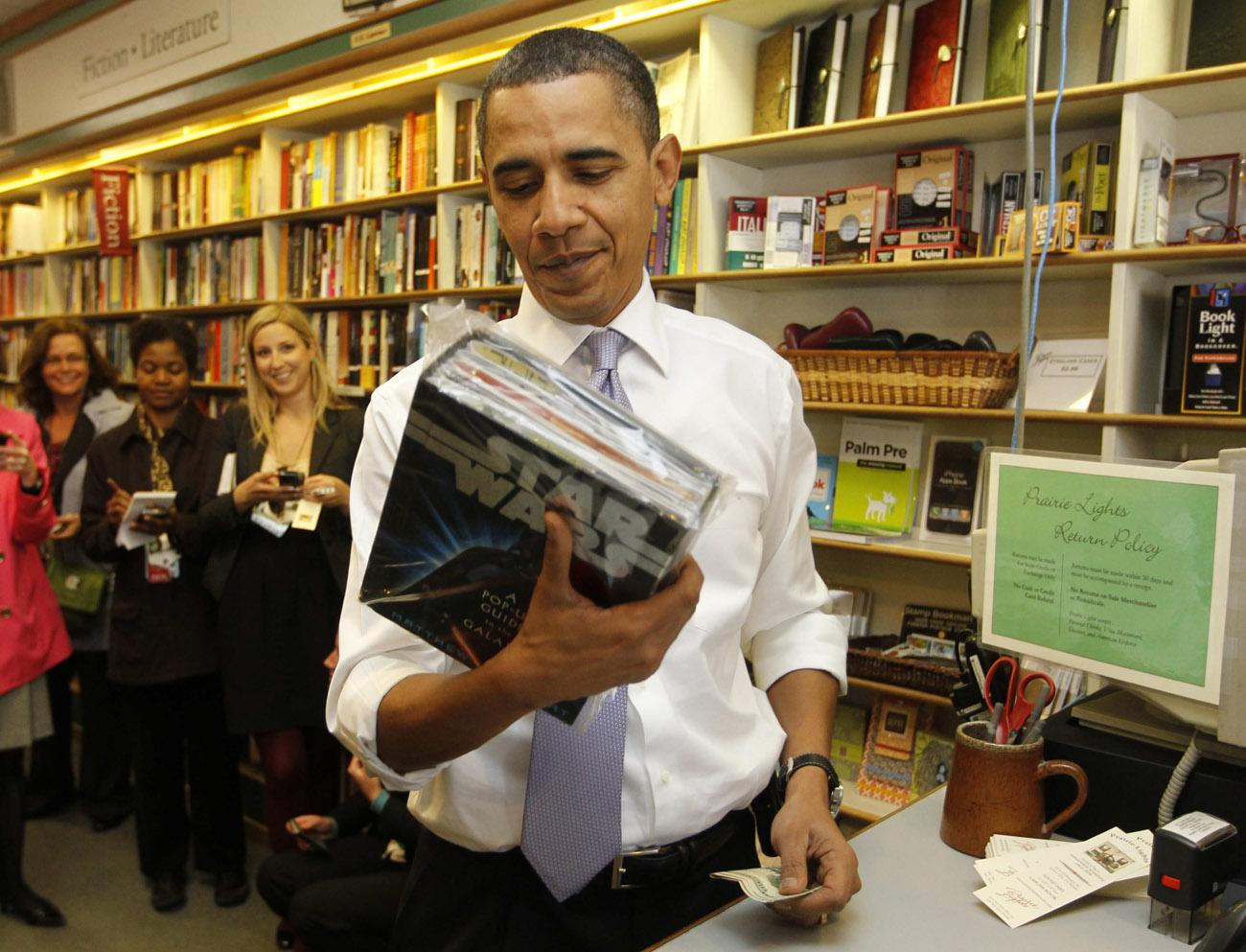 Allí fue donde se creó el primer Máster de Escritura Creativa del mundo, en 1936. Y algo deben saber porque esta ciudad ha producido más de 25 autores ganadores del premio Pulitzer desde 1955. Dicen que en la ciudad de Iowa, la mitad de su población se dedica a escribir, y la otra mitad aspira a hacerlo. Tal vez sea por ello que durante el año se celebran distinto festivales y concursos literarios. Una de las librerías más emblemáticas de Estados Unidos esté aquí, la Prairie Lights a la que acuden clientes como Barack Obama.