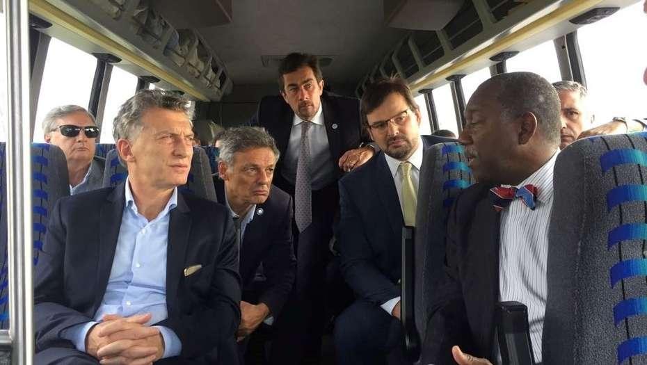 Mauricio Macri con el ministro Cabrera, durante la recorrida por la planta de Dow Chemichal.