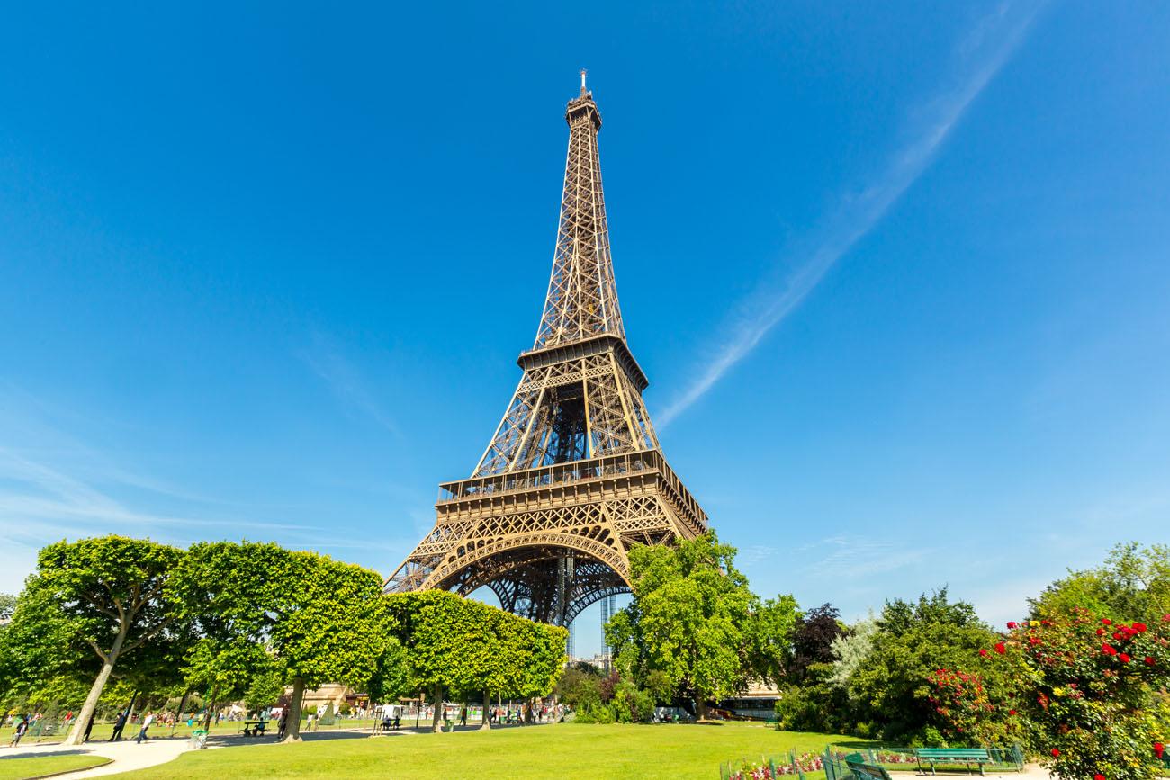 Podría ocupar la primera posición entra las ciudades más populares del mundo; pero esta vez, París, se ha quedado en la tercera posición. La ciudad de la luz, del amor, la ciudad de la literatura, está llena de atracciones suficientes para una vida. Es la única ciudad que tiene dos lugares entre los diez de mayor interés turístico de Europa: la Torre Eiffel y Notre Dame. Pero, ¿qué más? Toda una clase de arte en el Museo del Louvre, callejear por sus barrios como Marais o el Barrio latino, disfrutar de la gastronomía en algunos de sus bistro, pasear por la rivera del Sena o visitar el mundo de Amélie Poulain.