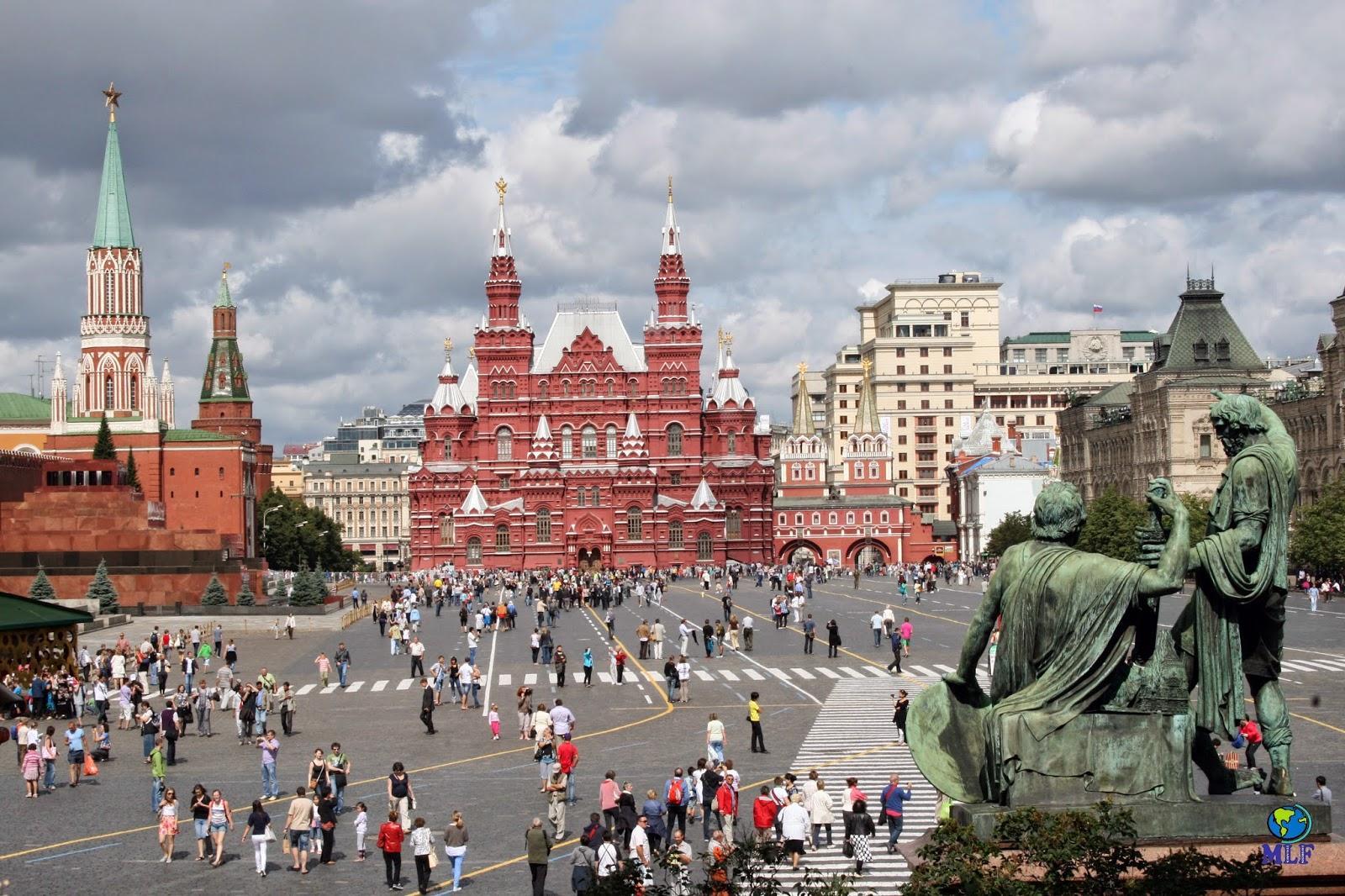 Con el gran Kremlin a un lado, la catedral de San Basilio enfrente, y los almacenes GUM, el mausoleo de Lenin y el Museo de Historia cerrando el recinto, esta gran plaza rusa tiene una plasticidad incomparable, además de ser un compendio de la historia del país de los últimos diez siglos. La denominación «roja» procede de la palabra rusa Krásnaya (rojo) que significa bonita. Sus medidas son impactantes: 330 metros de largo y 70 m de ancho.