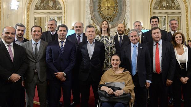 Sólo la mitad de los gobernadores acudió ayer a la Casa Rosada para firmar, junto a Macri, el plan federal para la modernización del Estado. Foto: DyN