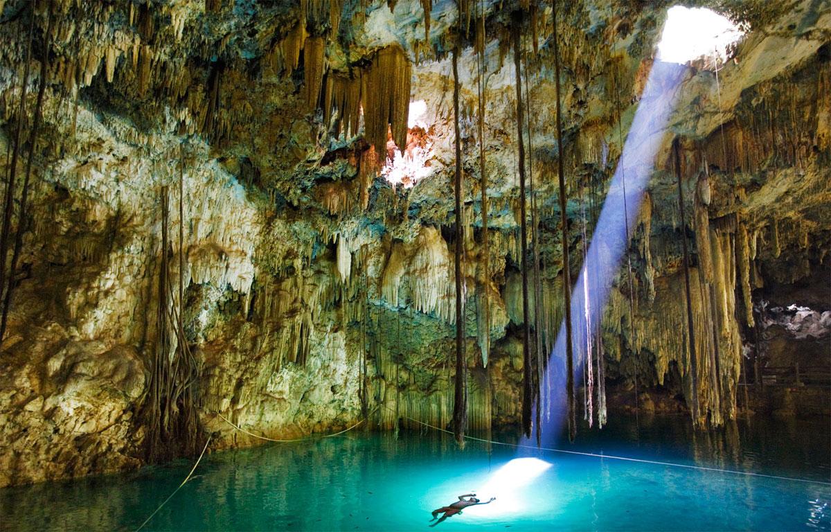 Cenote Dzinup, México: también conocido como el cenote Xkekén, que significa cerdo en maya, nombre que se debe a que fue descubierto a mediados del siglo XX por un campesino mientras buscaba al animal que había desaparecido. El hallazgo no pudo ser más acertado, ya que esta maravilla de la naturaleza, es uno de los más bellos cenotes de Yucatán. Se halla a pocos kilómetros de la ciudad de Valladolid, la «cueva azul» lo llaman por la transparencia de sus aguas que se iluminan con los escasos rayos de sol que penetran en través del orificio de la cúpula. Hay que entrar en el cenote a través de un pequeño agujero y descender por una escalera labrada en la roca hasta la caverna subterránea. Ahí nos espera un gran lago de aguas prístinas rodeado de un singular decorado de estalactitas y estalagmitas que se reflejan en el agua.