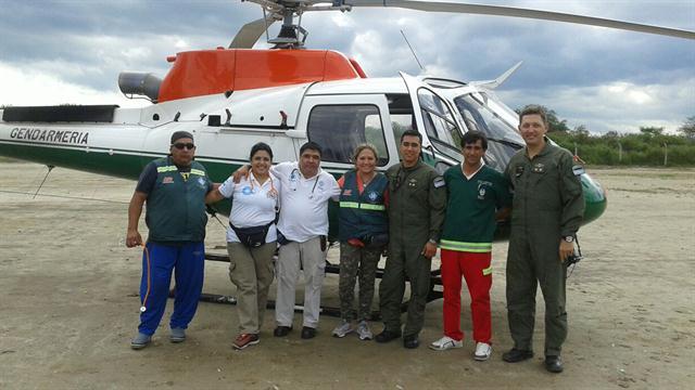 El piloto Narciso Miranda (1° a la derecha) junto al equipo con el que quisieron los dos rescates en Tucumán. Foto: Gentileza Gendarmería