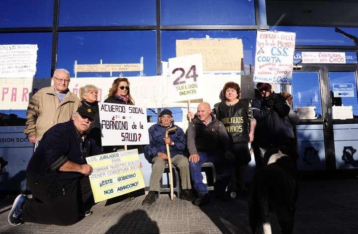 Jubilados protestan frente a la Caja Previsional por falta de pago sus jubilaciones.