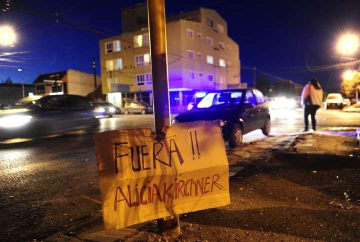 Carteles piden la renuncia de gobernadora Alicia Kirchner frente a la Casa de gobierno.