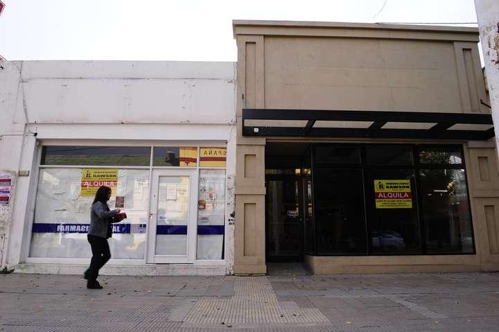 Comercios cerrados en la Avenido Néstor Kirchner.