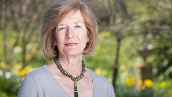 """Sara Jones, la viuda del teniente coronel, es un símbolo para los ingleses. Preside la """"Asociación Familias de las Falklands"""" y está a cargo del mantenimiento de las tumbas de los soldados desconocidos británicos en todo el mundo"""