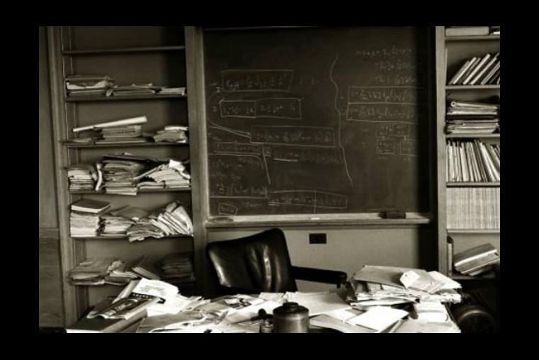 La oficina de Albert Einstein en Princeton tal como la dejó ese día antes de que su corazón le fallara y fuera trasladado a un hospital, donde luego murió