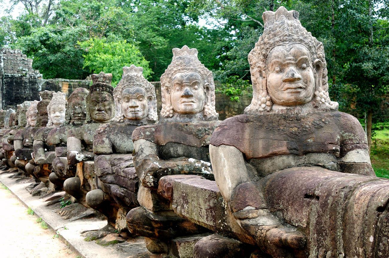 Son muchos los viajeros que coinciden en decir que en esta ciudad de Camboya, en la provincia de Siem Riep, se ven algunos de los mejores amaneceres del mundo. Si a ello le sumamos las ancestrales ruinas de los templos de Angkor Wat, tendremos dos de las principales razones por las cuales Siem Reap está entre los 25 destinos más populares del mundo. El templo de Banteay Srei, junto a la selva, los palafitos del lago Tonlé Sap y el mercado nocturno de Siem Reap te va a transportar al origen de una cultura fabulosa que sigue dejando atrás las atrocidades del régimen de Pol Pot y sus jemeres rojos.