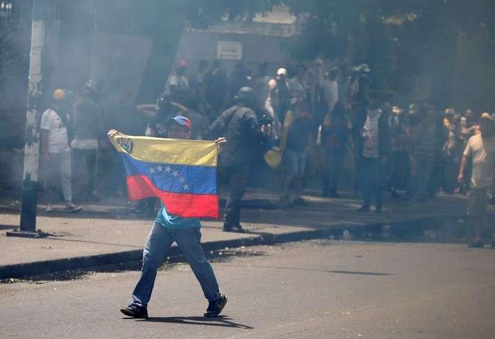 Manifestantes chocan contra la policía en Caracas