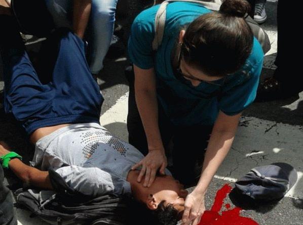 Un colectivo chavista agredió a los manifestantes opositores y lanzó bombas lacrimógenas