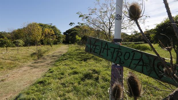 A Velatropa se llega por un camino de tierra desde los pabellones.
