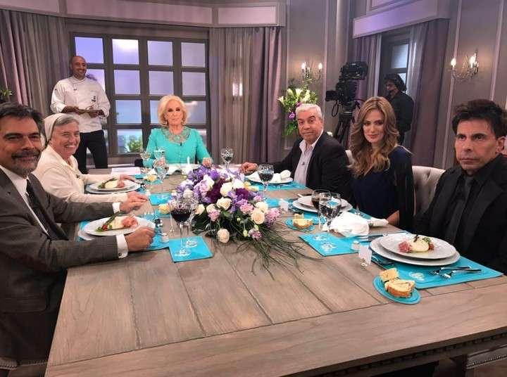 El Coco Sily, Paula Chaves, Gustavo Martínez, el toxicólogo Carlos Damin y la hermana Martha Pelloni en la mesa de Mirtha Legrand