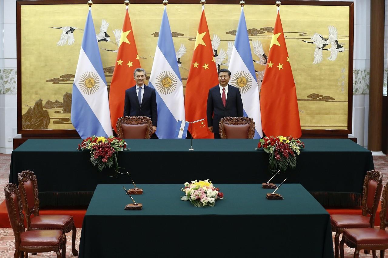 Mauricio Macri y el presidente chino, Xi Jinping, asisten a una ceremonia de firma de tratados en el Gran Palacio del Pueblo en Pekín, China.