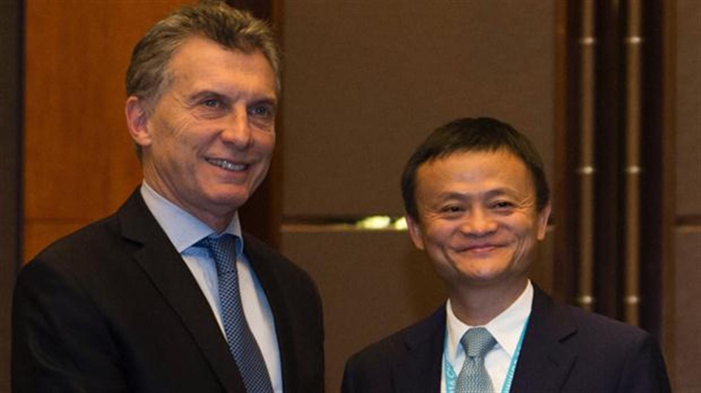 El Presidente firmó un acuerdo para que productos de pymes locales se comercialicen a través del sitio de e-commerce Alibaba.com.