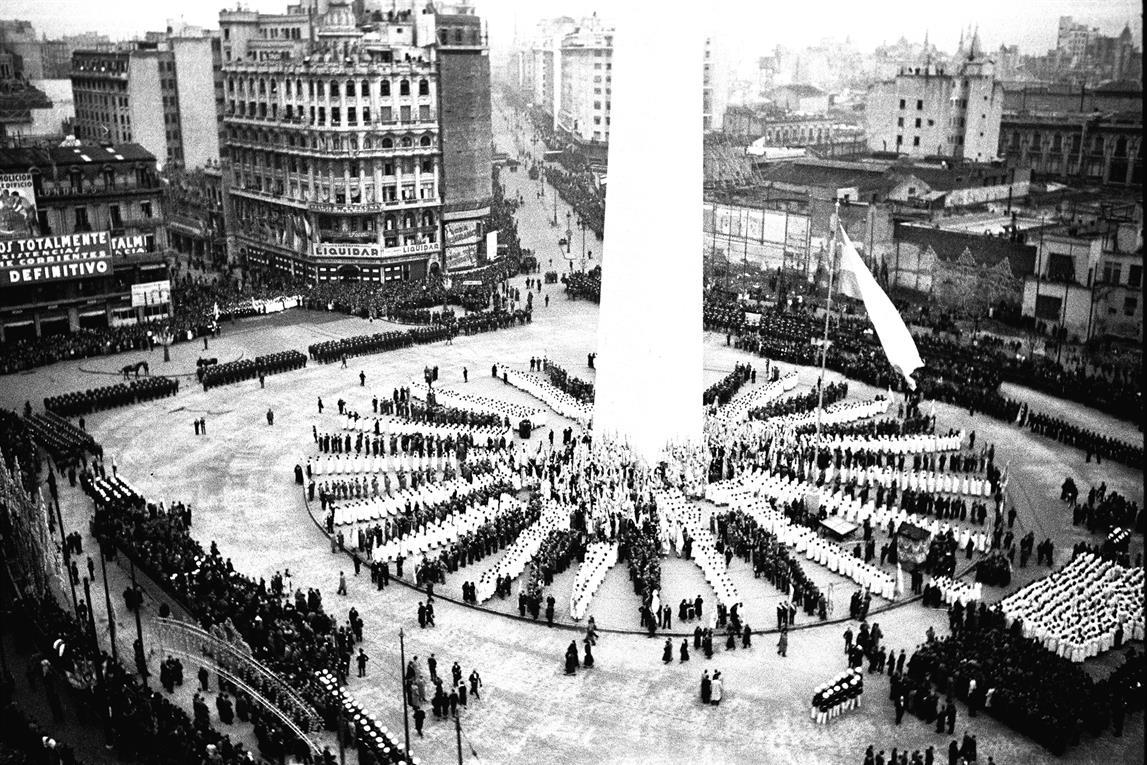 Alrededor del obelisco, que se había inaugurado pocas semanas antes, los estudiantes formaron los rayos del sol. El acto se inició a las tres de la tarde, coincidiendo con la hora de la muerte del prócer.