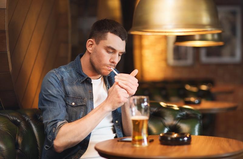 fumador-con-cerveza2