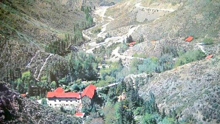 Una postal de época promociona las aguas termales y el paisaje cordillerano de Mendoza.