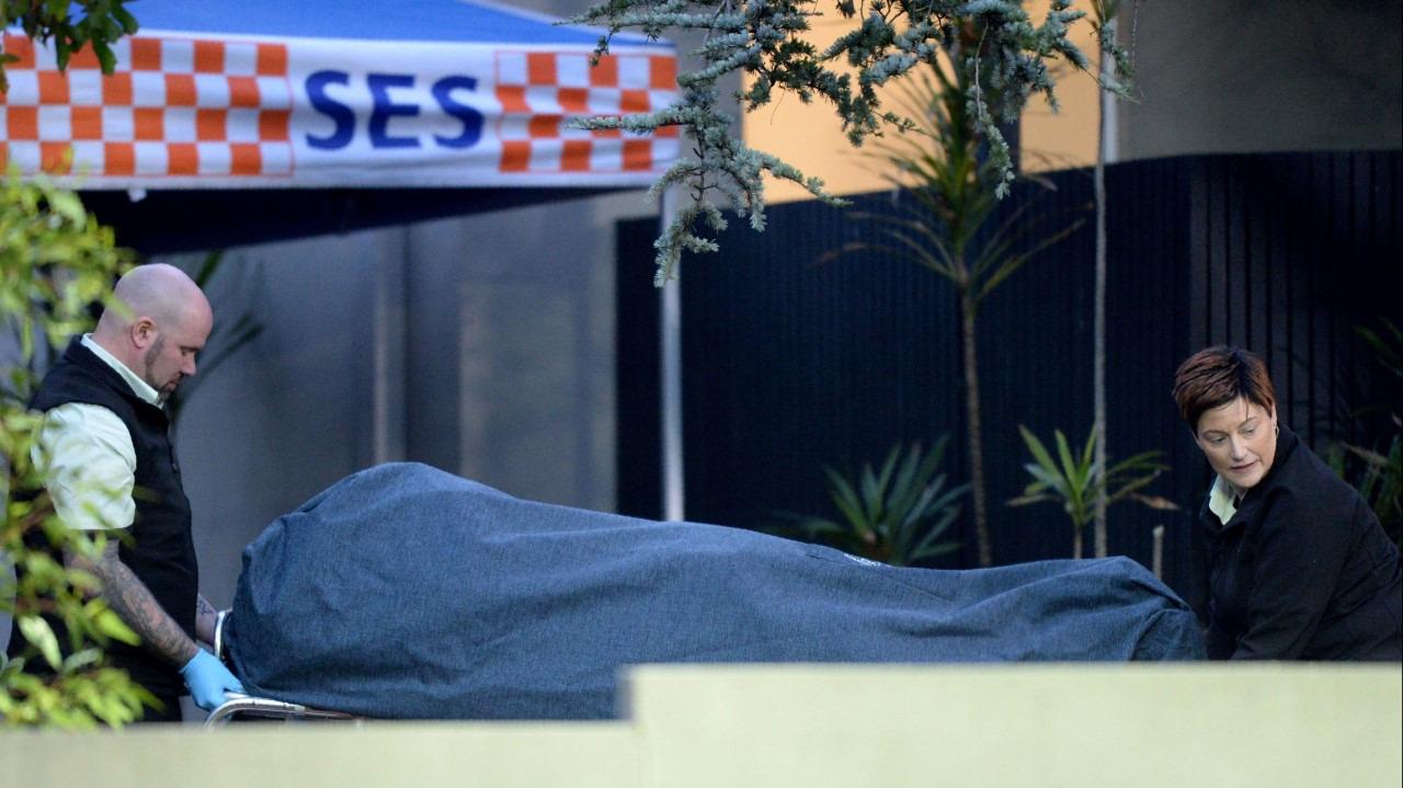 Un cuerpo es trasladado de la escena del crimen en Melbourne.