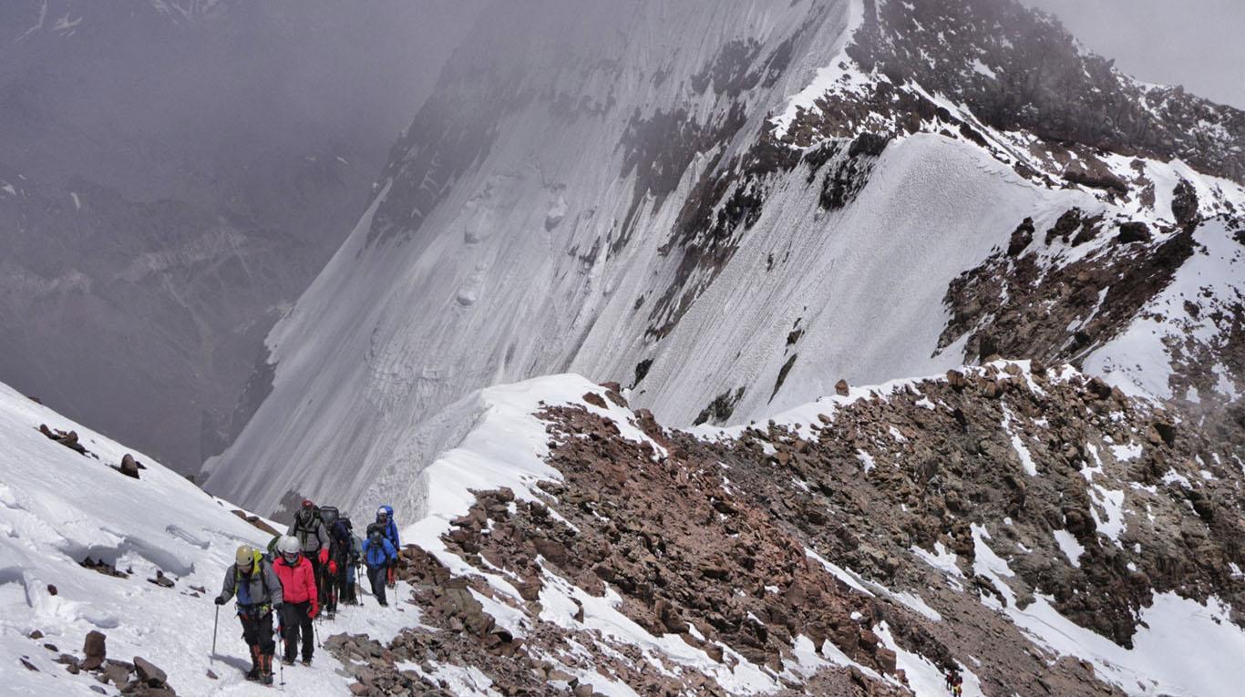 Mariano Galván escalando el Aconcagua junto a sus colegas alpinistas.