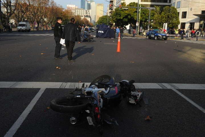 Cuatro motochorros en dos motos rompieron el vidrio de una camioneta en una semáforo para robar una mochila con dinero. El conductor asaltado los siguió, los chocó y hay dos delincuentes muertos. El echo ocurrio en Av Del Libertador  y Carlos Pellegrini.