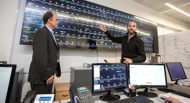 Ezequiel Lemos, presidente de Trenes Argentinos Cargas, y Dietrich, en el panel de control de los trenes