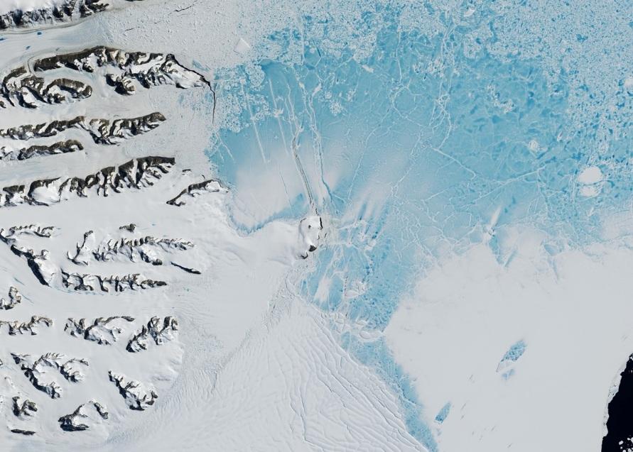 Fotografía satelital tomada por la NASA el 07/02/2017 a la región de la Barrera de Hielo Larsen C, en el oeste de la Antártida.