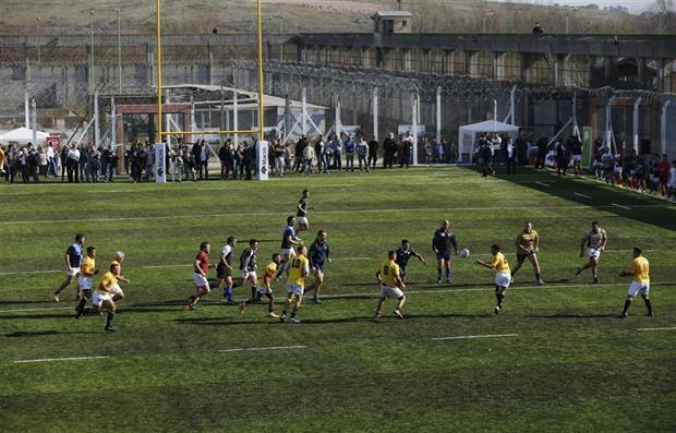 """""""El Coliseo"""". Así decidieron llamar los Espartanos, el equipo de rugby del penal de San Martin, a la primera cancha de rugby de césped sintético en una unidad penitenciaria"""