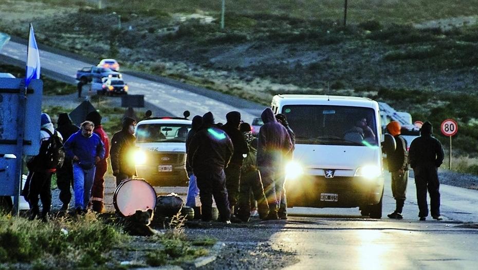 Trabajadores petroleros protestan apostados sobre la ruta 12, en Santa Cruz.