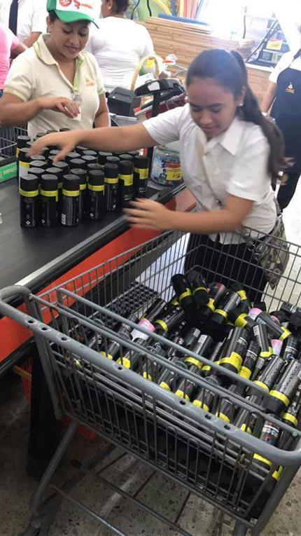 Compró 235 desodorantes al precio de uno porque el cartel de venta estaba mal escrito.