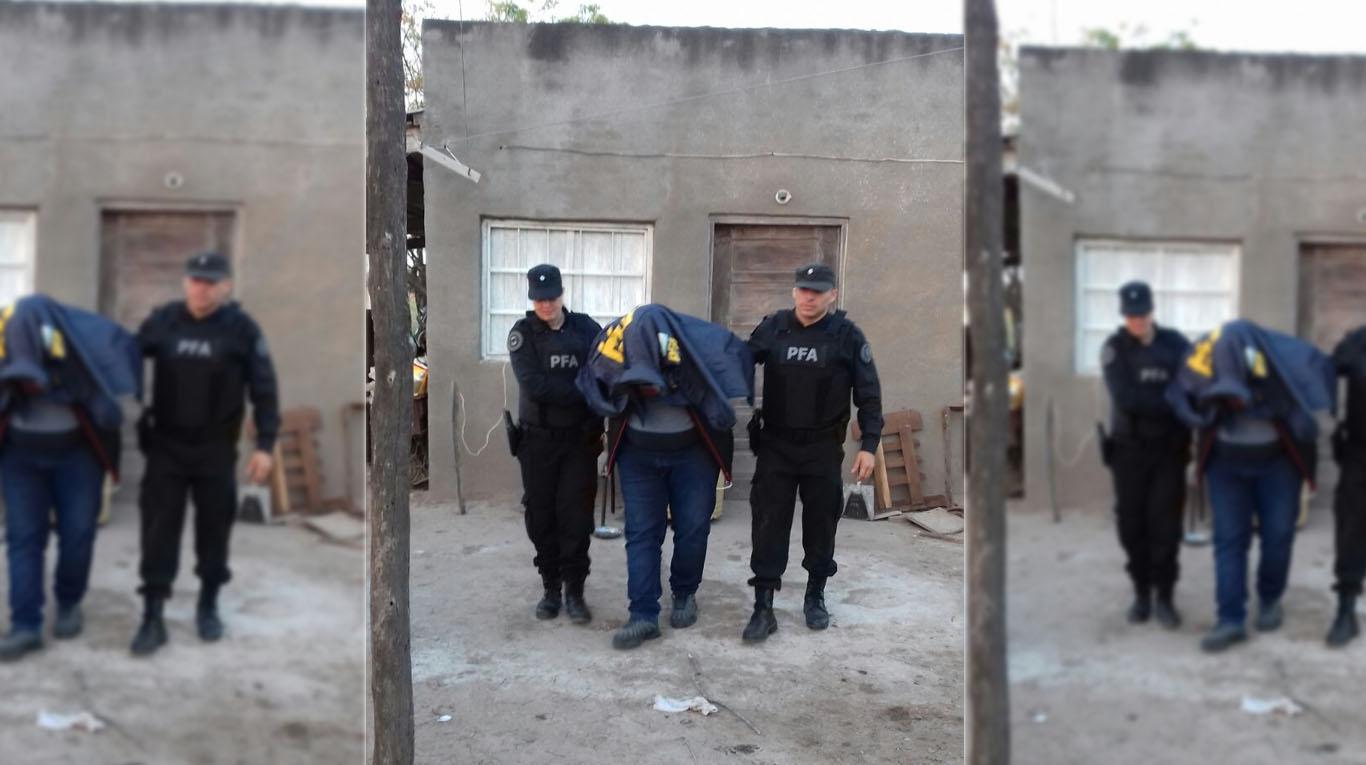 El momento en que la policía arrestó al supuesto mano derecha de Jorge Castillo que estaba escondido en la casa de un familiar.