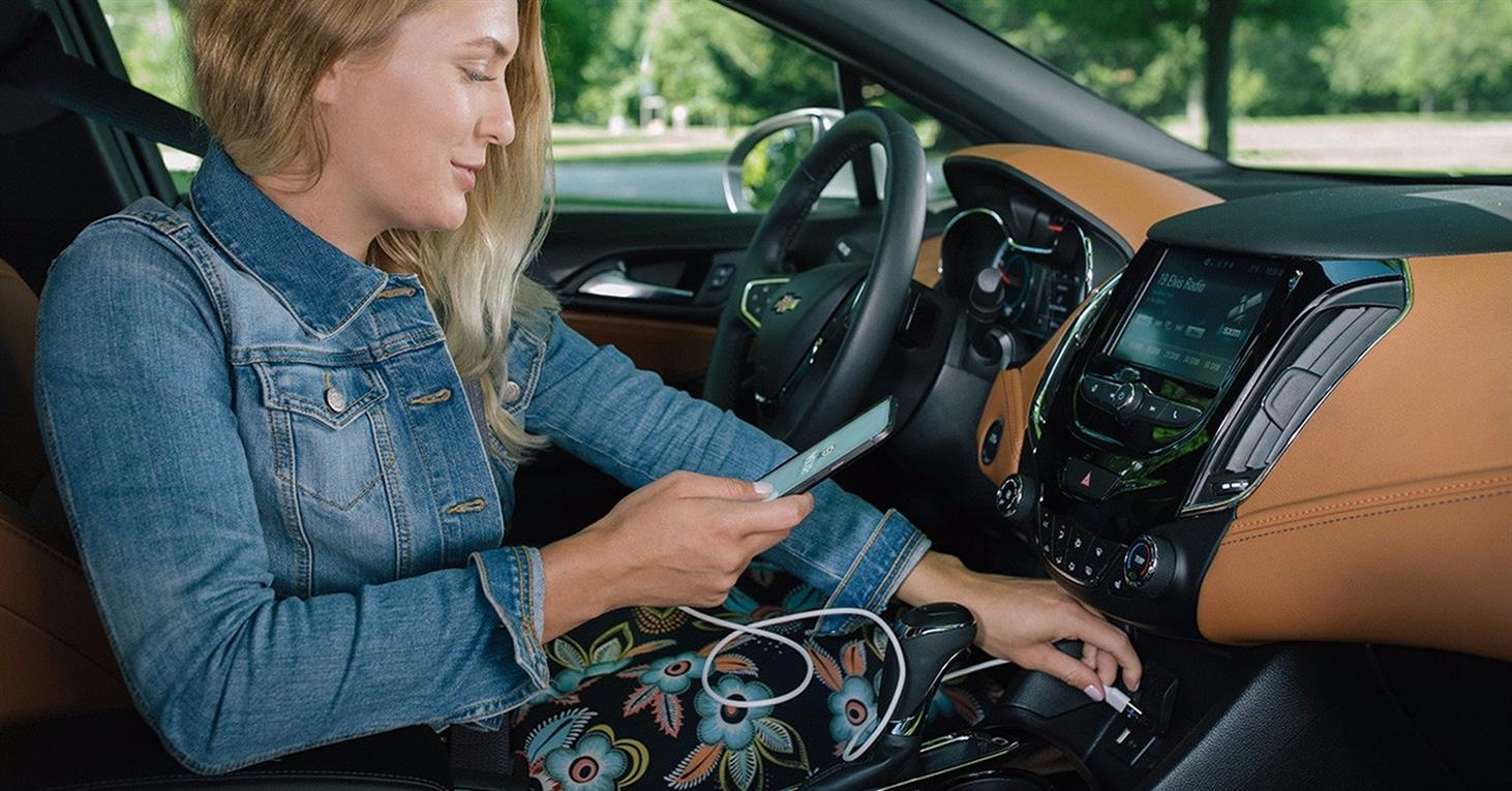 Conexión mediante puerto USB para integrar Waze en el sistema Android Auto del vehículo.