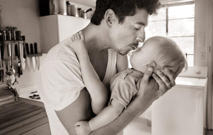 bebés-besándose-en-la-boca
