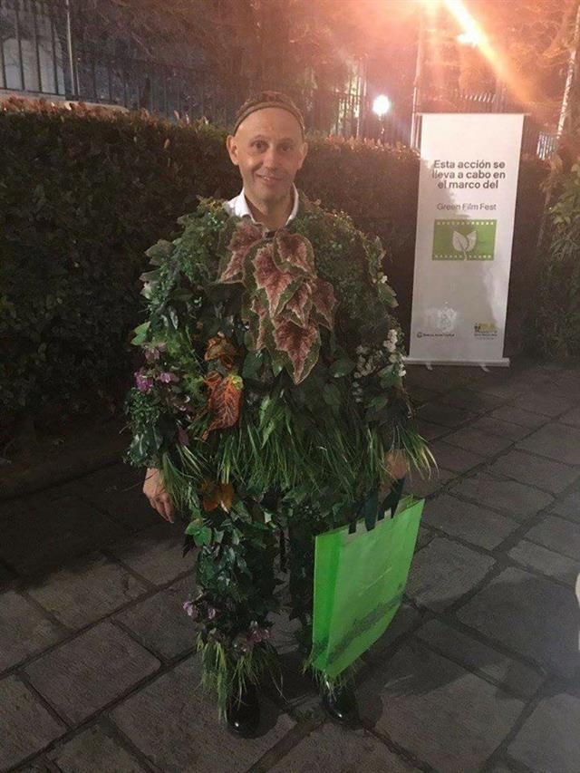 El ministro de Ambiente y Desarrollo Sustentable de la Nación, Sergio Bergman, disfrazado de planta.
