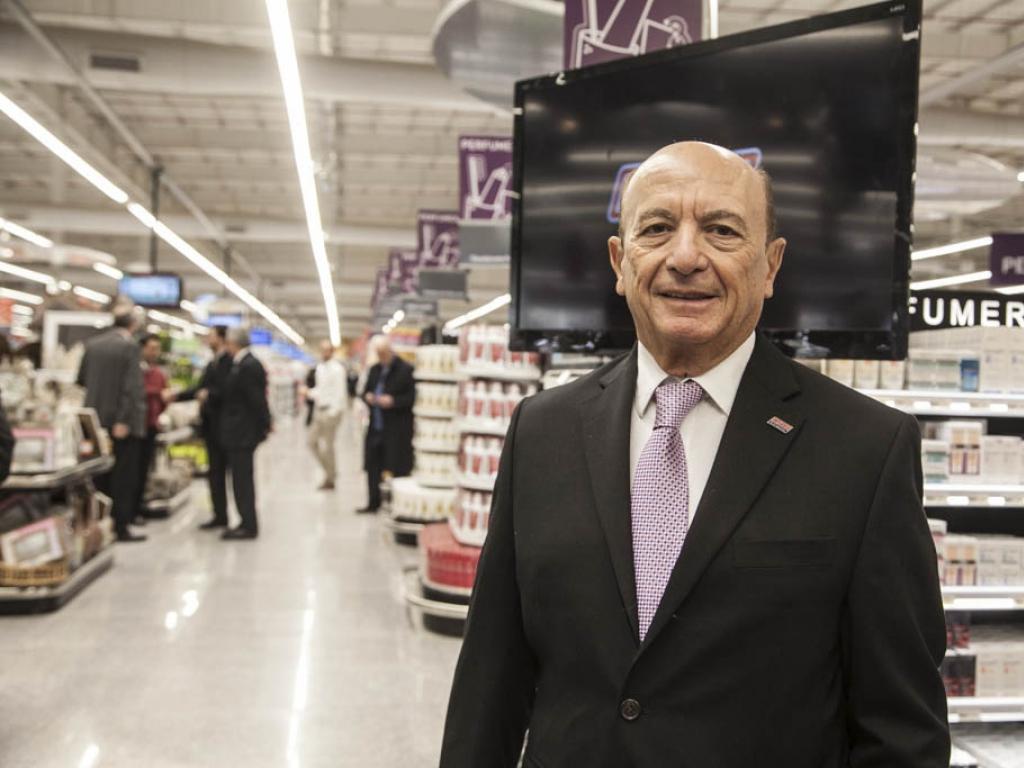 El empresario Alfredo Coto y su hijo fueron imputados por el hallazgo de un arsenal en una sucursal de su supermercado en el barrio de Caballito.
