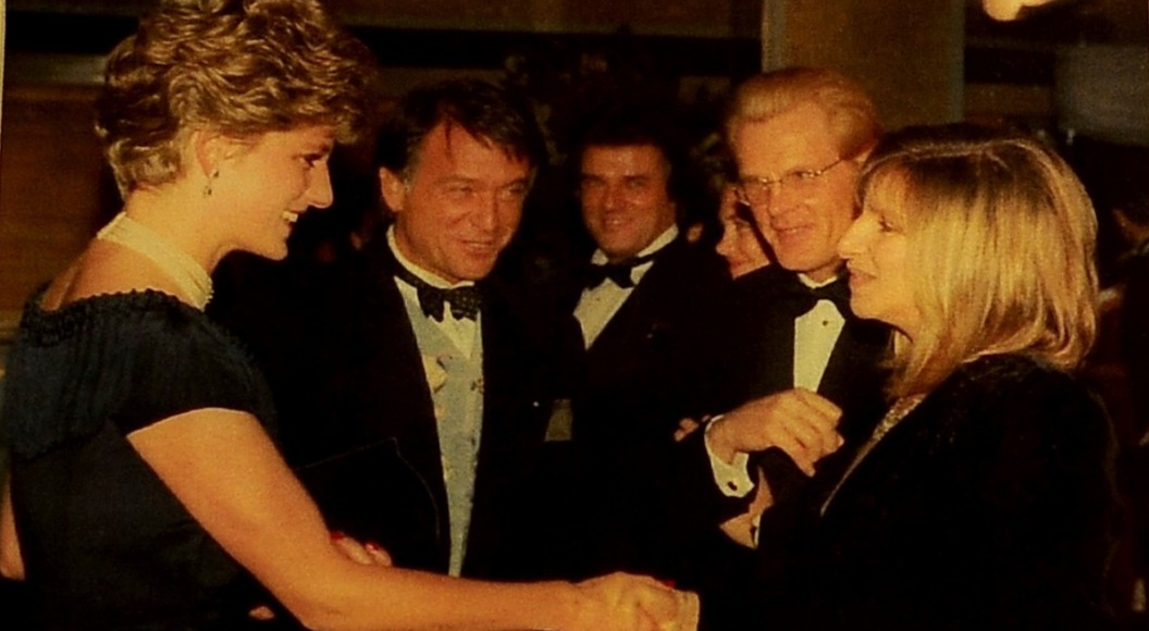 Diana Spencer, junto a Roberto Devorik y Barbra Streisand.