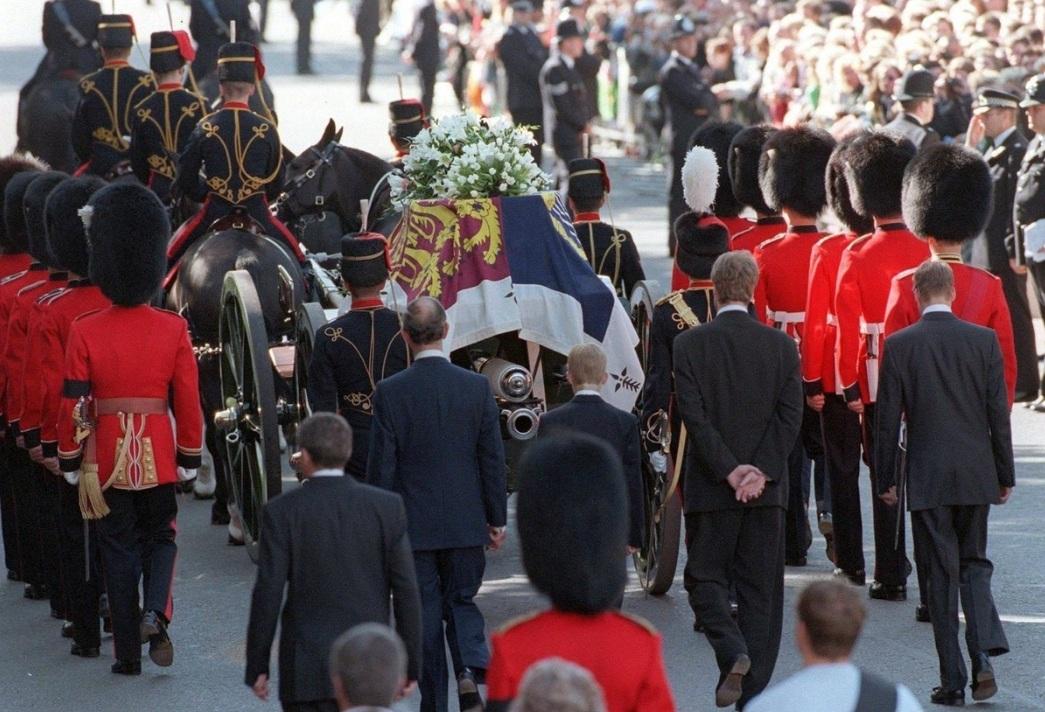El príncipe Carlos, junto a sus hijos los príncipes Guillermo y Harry y el conde Carlos Spencer, siguiendo el carruaje que transportaba el ataúd de la Princesa de Gales durante su funeral en Londres.