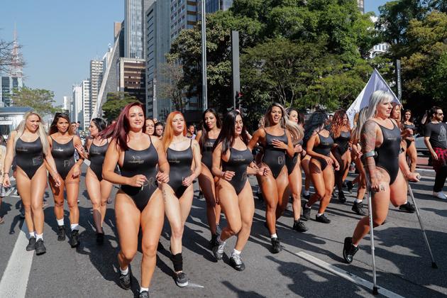 """BRA81. SAO PAULO (BRASIL), 07/08/2017.- Las candidatas a """"Miss Bumbum"""", el certamen que elige las m·s bellas nalgas de Brasil, son vistas por la avenida Paulista en Sao Paulo (Brasil) hoy, lunes 7 de agosto de 2017. La candidata Rubia Machado (d), que tiene una pierna amputada despuÈs de ser atropellada por su exnovio, desfila con sus compaÒeras para calentar motores de cara al concurso. EFE/Sebasti""""o Moreira"""