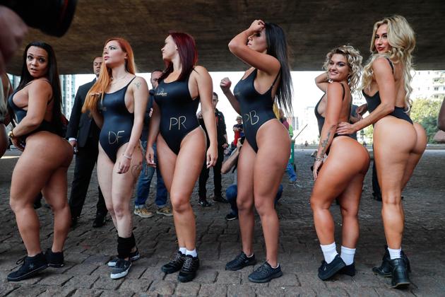 """BRA81. SAO PAULO (BRASIL), 07/08/2017.- Las candidatas a """"Miss Bumbum"""", el certamen que elige las m·s bellas nalgas de Brasil, son vistas por la avenida Paulista en Sao Paulo (Brasil) hoy, lunes 7 de agosto de 2017, para calentar motores de cara al concurso. Las candidatas desafiaron el frÌo y se pasearon por la cÈntrica Avenida Paulista, una de las calles m·s frecuentadas de Sao Paulo, para exhibir sus traseros ante la atenta mirada de los transe˙ntes. EFE/Sebasti""""o Moreira"""