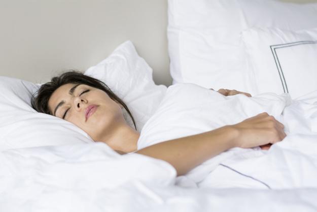 mujer-durmiendo-profundamente_1169-78