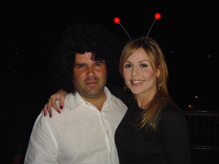 José María Olazagasti junto a Victoria Bereziuk, una de las pasajeras del vuelo en el que llegó el valijero venezolano Alejandro Antonini Wilson.