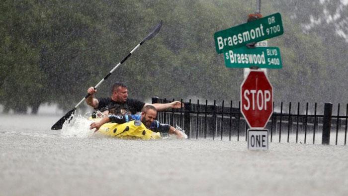 powerful-photos-hurricane-harvey-texas-10-59a51690f0852__700