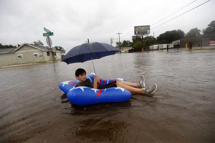 powerful-photos-hurricane-harvey-texas-13-59a51c5e01d56__700