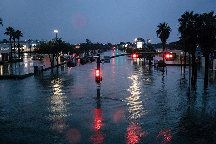 powerful-photos-hurricane-harvey-texas-21-59a526b15f58e__700