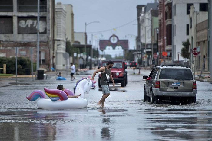 powerful-photos-hurricane-harvey-texas-27-59a52957b3cbb__700