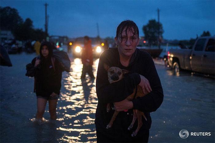 powerful-photos-hurricane-harvey-texas-36-59a52e4e9292c__700